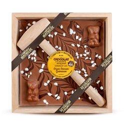 Chocolat au lait avec guimauve enrobée de chocolat au lait, marbrage au chocolat noir et éclats de meringues